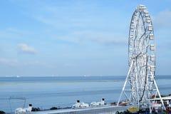 Γιγαντιαία ρόδα Ferris που χτίζεται κατά μήκος του ωκεάνιου κόλπου Στοκ φωτογραφία με δικαίωμα ελεύθερης χρήσης