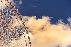 Γιγαντιαία ρόδα ferris Funfair με το μπλε ουρανό Στοκ εικόνες με δικαίωμα ελεύθερης χρήσης