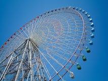 Γιγαντιαία ρόδα Ferris ενάντια στο μπλε ουρανό Στοκ φωτογραφία με δικαίωμα ελεύθερης χρήσης