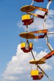 Γιγαντιαία ρόδα Ferris στο πάρκο διασκέδασης στο μπλε ουρανό Στοκ φωτογραφία με δικαίωμα ελεύθερης χρήσης
