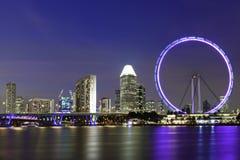 Γιγαντιαία ρόδα ferris Singapores sinflyer τη νύχτα με να περιβάλει Στοκ Εικόνες