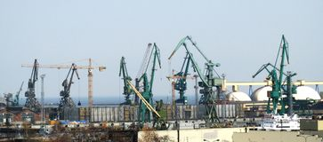 Γιγαντιαίοι γερανοί σε ένα ναυπηγείο, ακτή της θάλασσας της Βαλτικής στοκ φωτογραφία με δικαίωμα ελεύθερης χρήσης