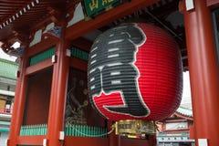 Γιγαντιαίος κόκκινος λαμπτήρας στο μέτωπο πυλών του ναού Asakusa Sensoji Στοκ Φωτογραφία
