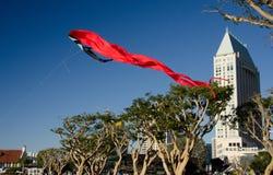 Γιγαντιαίος κόκκινος ικτίνος που απογειώνεται στο χωριό θαλάσσιων λιμένων Στοκ Εικόνα