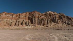 Γιγαντιαίος κόκκινος χώρος στάθμευσης απότομων βράχων και ρύπου στο κόκκινο κρατικό πάρκο φαραγγιών βράχου, Καλιφόρνια Στοκ φωτογραφίες με δικαίωμα ελεύθερης χρήσης