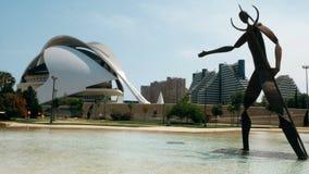 Γιγαντιαίο άγαλμα σιδήρου στην πόλη της επιστήμης και της τέχνης στη Βαλένθια, Ισπανία απόθεμα βίντεο