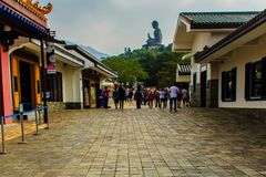 Γιγαντιαίο άγαλμα Tian Tan Βούδας στην αιχμή του βουνού, άποψη από το μεταλλικό θόρυβο 360 Ngong τελεφερίκ Po Lin στο μοναστήρι σ Στοκ φωτογραφίες με δικαίωμα ελεύθερης χρήσης