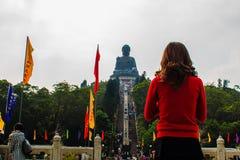 Γιγαντιαίο άγαλμα Tian Tan Βούδας στην αιχμή του βουνού, άποψη από το μεταλλικό θόρυβο 360 Ngong τελεφερίκ Po Lin στο μοναστήρι σ Στοκ Φωτογραφίες