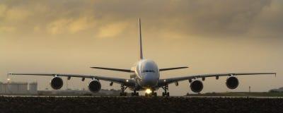 Γιγαντιαίο A380 έξοχο αεριωθούμενο αεροπλάνο στο διάδρομο Στοκ εικόνα με δικαίωμα ελεύθερης χρήσης