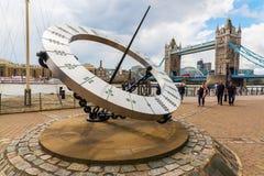 Γιγαντιαίο ηλιακό ρολόι κοντά στη γέφυρα πύργων στο Λονδίνο, UK Στοκ Εικόνες