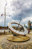 Γιγαντιαίο ηλιακό ρολόι κοντά στη γέφυρα πύργων στο Λονδίνο, UK Στοκ φωτογραφία με δικαίωμα ελεύθερης χρήσης
