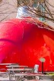 Γιγαντιαίο κόκκινο μπιχλιμπίδι στο plaza πόλεων Στοκ Εικόνες