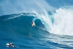 Γιγαντιαίο κύμα γύρων Surfer στα σαγόνια Στοκ εικόνα με δικαίωμα ελεύθερης χρήσης
