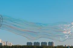 Γιγαντιαίο παιχνίδι φυσαλίδων σαπουνιών με το υπόβαθρο μπλε ουρανού Στοκ εικόνα με δικαίωμα ελεύθερης χρήσης
