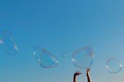Γιγαντιαίο παιχνίδι φυσαλίδων σαπουνιών με το υπόβαθρο μπλε ουρανού Στοκ Εικόνες