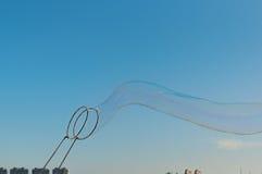 Γιγαντιαίο παιχνίδι φυσαλίδων σαπουνιών με το υπόβαθρο μπλε ουρανού Στοκ Φωτογραφία