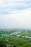 Γιγαντιαίο σύννεφο γέφυρα πέρα από τον ποταμό ομιχλώδης καιρός Στοκ εικόνες με δικαίωμα ελεύθερης χρήσης