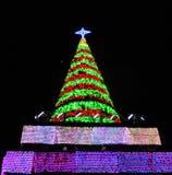 Γιγαντιαίο χριστουγεννιάτικο δέντρο για τις διακοπές στοκ φωτογραφία
