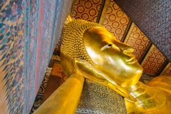 Γιγαντιαίο χρυσό άγαλμα ξαπλώματος Βούδας ναός pho της Μπανγκόκ wat στοκ εικόνες
