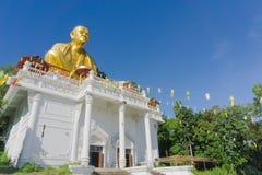 Γιγαντιαίο χρυσό άγαλμα μοναχών που ονομάζεται τα WI Chai Sri στηθοδέσμων Phra Kru στοκ εικόνες με δικαίωμα ελεύθερης χρήσης
