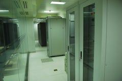Γιγαντιαίο δωμάτιο κεντρικών υπολογιστών υπολογιστών Στοκ εικόνα με δικαίωμα ελεύθερης χρήσης