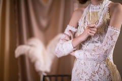 γιορτάζοντας γυναίκα στο άσπρο εκλεκτής ποιότητας φόρεμα ύφους θηλυκή λαβή χεριών Στοκ εικόνες με δικαίωμα ελεύθερης χρήσης
