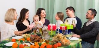 Γιορτάζοντας μικρό κορίτσι γενεθλίων με την οικογένεια Στοκ εικόνες με δικαίωμα ελεύθερης χρήσης