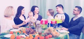 Γιορτάζοντας μικρό κορίτσι γενεθλίων με την οικογένεια Στοκ φωτογραφίες με δικαίωμα ελεύθερης χρήσης