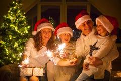 γιορτάζοντας οικογένεια Χριστουγέννων ευτυχής στοκ εικόνα