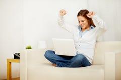 γιορτάζοντας συγκινημένη νίκη γυναικείων lap-top στοκ φωτογραφίες με δικαίωμα ελεύθερης χρήσης
