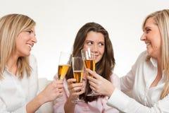 γιορτάζοντας φίλοι Στοκ Εικόνες