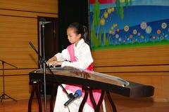 γιορτάστε τα παιδιά ημέρα guzheng το παίζοντας s στοκ εικόνα