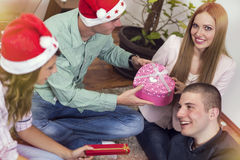 γιορτάστε τη φθορά santa μητέρων καπέλων κορών Χριστουγέννων εορτασμού Στοκ Εικόνα