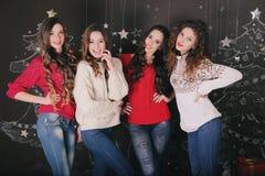 γιορτάστε τη φθορά santa μητέρων καπέλων κορών Χριστουγέννων εορτασμού Φίλοι με τα δώρα νέος Στοκ Εικόνα