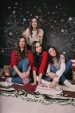 γιορτάστε τη φθορά santa μητέρων καπέλων κορών Χριστουγέννων εορτασμού Φίλοι με τα δώρα νέος Στοκ εικόνες με δικαίωμα ελεύθερης χρήσης