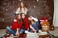 γιορτάστε τη φθορά santa μητέρων καπέλων κορών Χριστουγέννων εορτασμού Φίλοι με τα δώρα νέος Στοκ Εικόνες