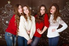γιορτάστε τη φθορά santa μητέρων καπέλων κορών Χριστουγέννων εορτασμού Φίλοι με τα δώρα νέος Στοκ φωτογραφία με δικαίωμα ελεύθερης χρήσης