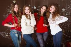 γιορτάστε τη φθορά santa μητέρων καπέλων κορών Χριστουγέννων εορτασμού Φίλοι με τα δώρα νέος Στοκ Φωτογραφία