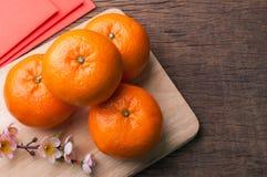 Γιορτάστε το κινεζικό νέο υπόβαθρο έτους με τα πορτοκαλιά φρούτα για τους πολέμους στοκ φωτογραφίες