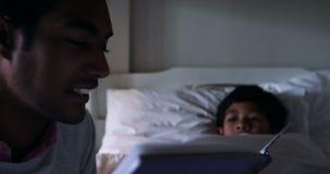 γιος ανάγνωσης πατέρων βιβλίων απόθεμα βίντεο