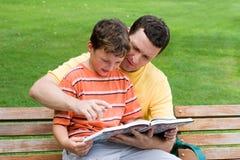 γιος ανάγνωσης πατέρων στοκ εικόνες