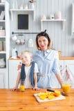 Γιος και νέα μητέρα στην κουζίνα που τρώει το πρόγευμα Στοκ Φωτογραφίες