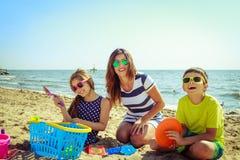 Γιος κορών οικογενειακών μητέρων που έχει τη διασκέδαση στην παραλία Στοκ εικόνα με δικαίωμα ελεύθερης χρήσης