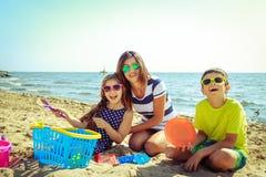 Γιος κορών οικογενειακών μητέρων που έχει τη διασκέδαση στην παραλία Στοκ Εικόνα