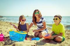 Γιος κορών οικογενειακών μητέρων που έχει τη διασκέδαση στην παραλία Στοκ φωτογραφία με δικαίωμα ελεύθερης χρήσης