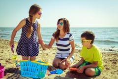 Γιος κορών οικογενειακών μητέρων που έχει τη διασκέδαση στην παραλία Στοκ Φωτογραφίες