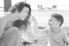 Γιος με τη μητέρα Να παίξει μαζί και εξετάζει το ένα το άλλο Στοκ εικόνα με δικαίωμα ελεύθερης χρήσης