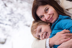 Γιος μητέρων και μικρών παιδιών που φαίνεται έξω παράθυρο τραίνων έξω Στοκ Φωτογραφίες