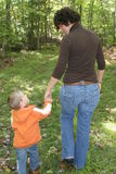 γιος μητέρων που περπατά μαζί Στοκ Εικόνα