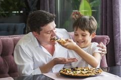 Γιος πατέρων που τρώει μια ιταλική πίτσα στοκ φωτογραφία με δικαίωμα ελεύθερης χρήσης